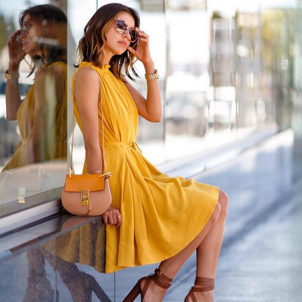 Viva Luxury in een okergele jurk
