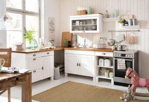 Witte keuken met diverse attributen/ items