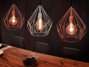 Lampen boven een tafel in 2 kleuren
