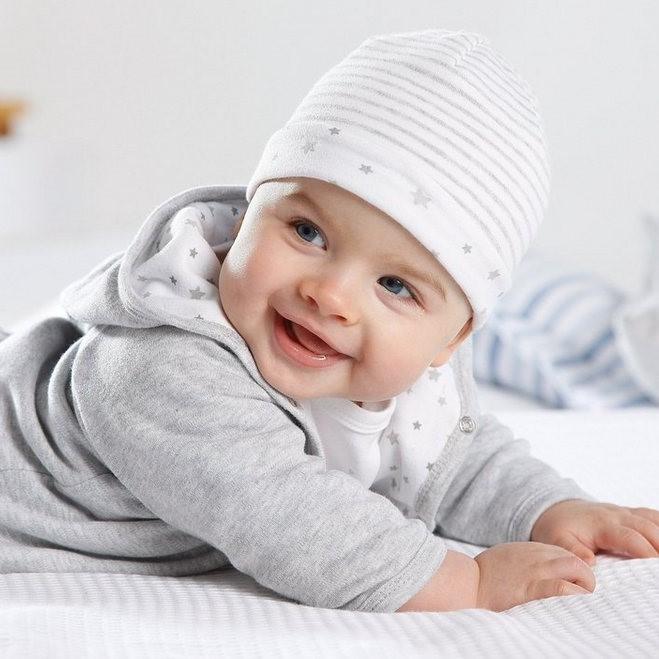 de giechelende baby