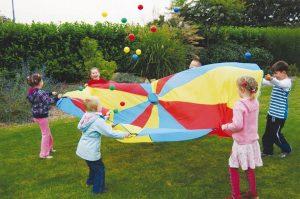 Kinderfeestje met spelende kinderen