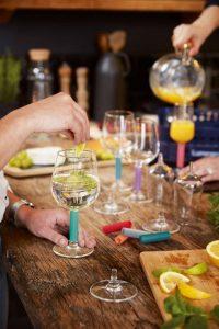 Aanrecht met drankjes en hapjes