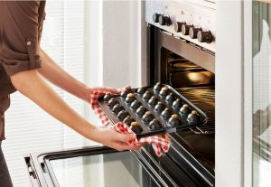 Cakepops die uit de oven worden gehaald
