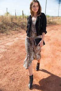 Panterprint jurk combinatie met jasje, clutch en laarsjes