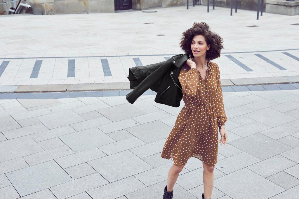 Vrouw zonder jas voorjaar en lente