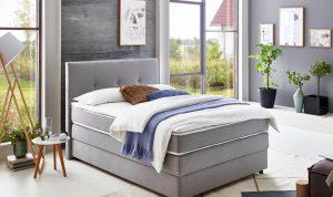 Bed in slaapkamer Scandinavische stijl
