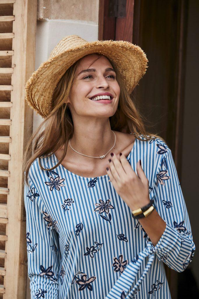 Vrouw met hoed in de lente