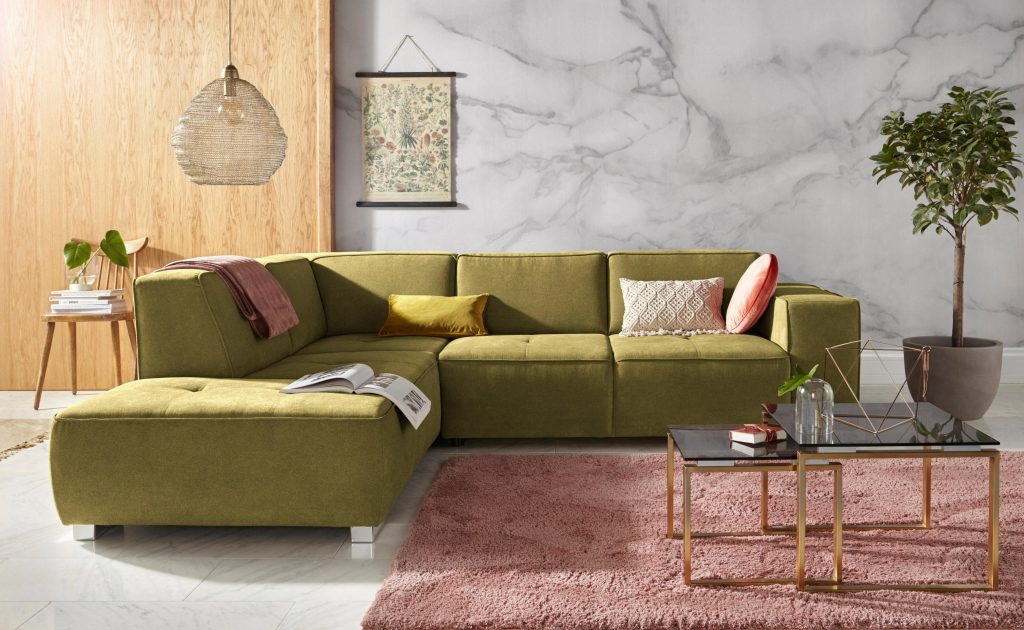 woonkamer kleurrijk met bank en bijzettafel