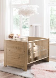 Ledikant in babykamer voor baby uitzetlijst