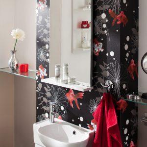 Een badkamer met een spiegel