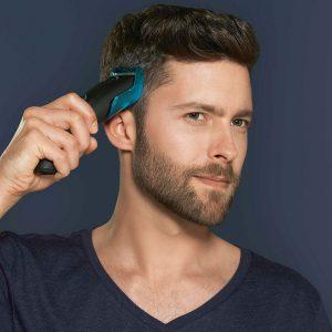 Man met een tondeuse in zijn haren