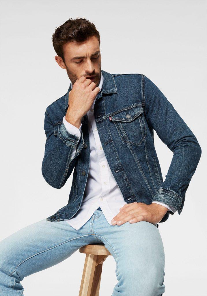 Blauwe spijkerjas met witte blouse