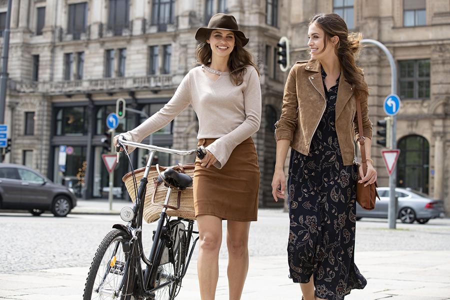 Twee vrouwen die fietsen
