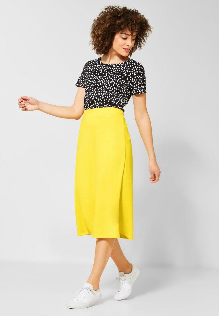 Vrouw in gele rok