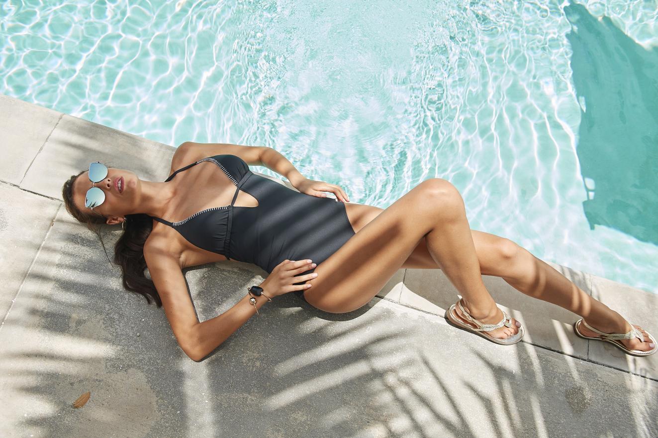 Zonnen aan de rand van het zwembad