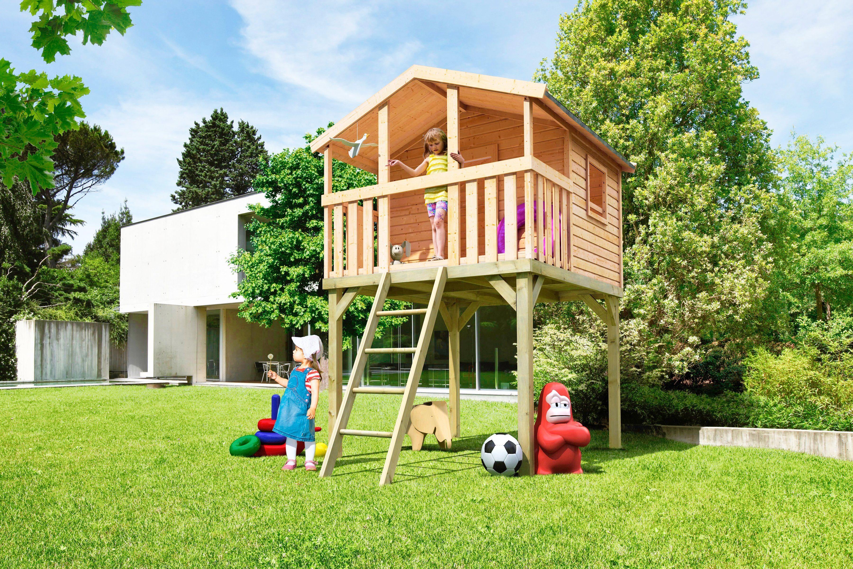 Kinderen spelen met speelgoed in de tuin