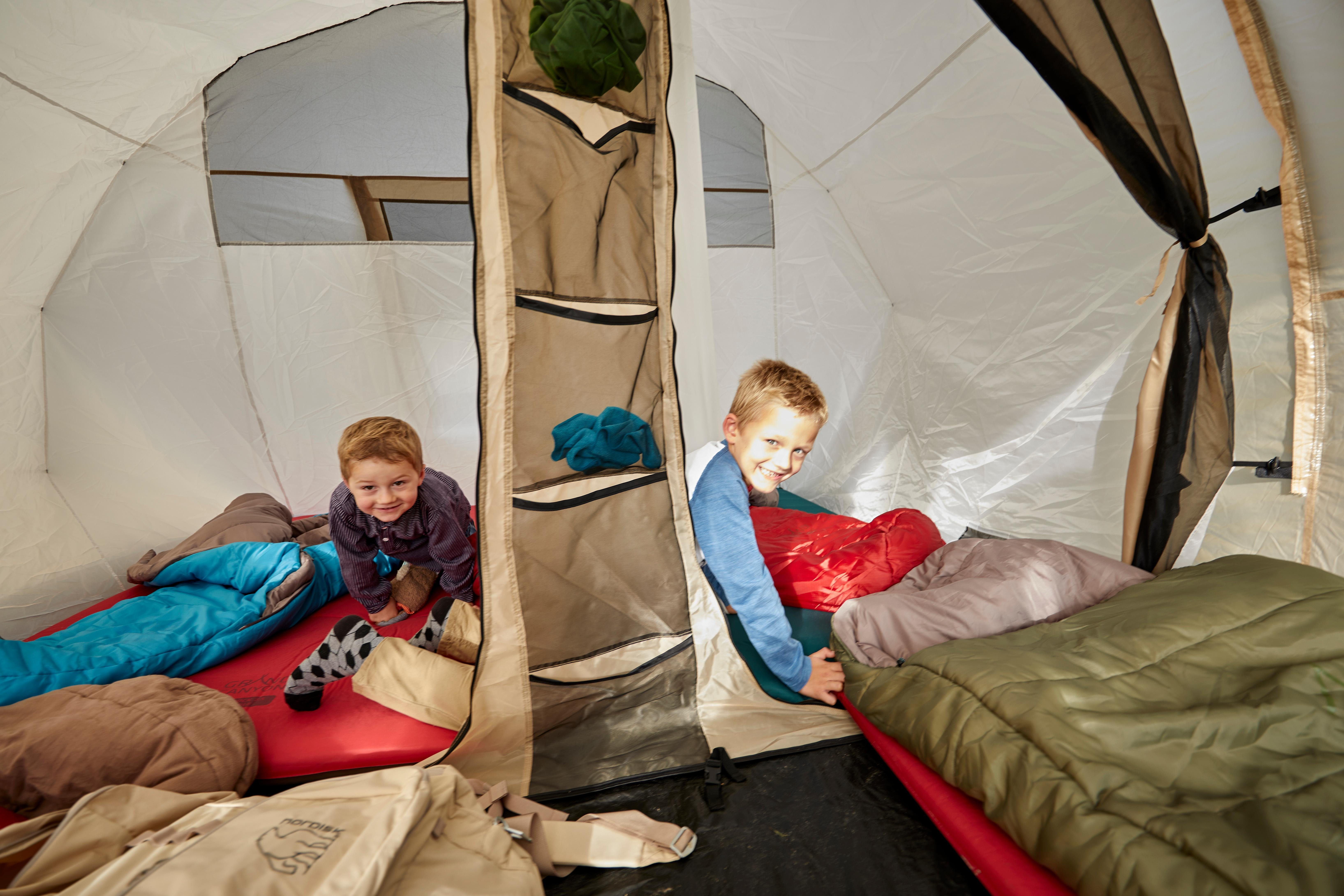 Vermaken in de tent op de camping
