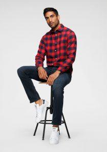 Jeans met geruite blouse